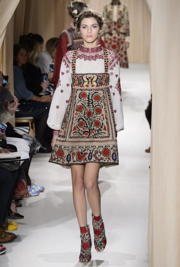 Модный дом Valentino ошеломил Париж коллекцией вышиванок, посвященной Шагалу