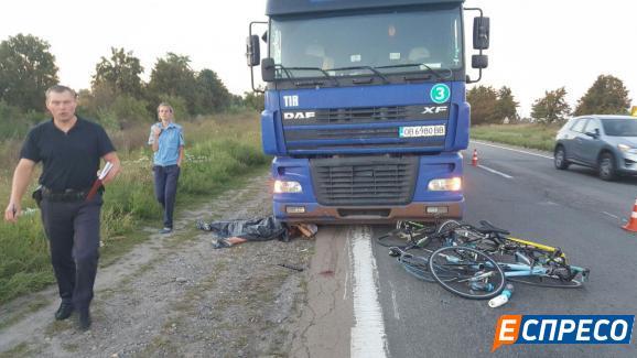 Під Києвом смертельна ДТП: Фура збила групу велосипедистів - фото 4