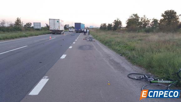 Під Києвом смертельна ДТП: Фура збила групу велосипедистів - фото 3