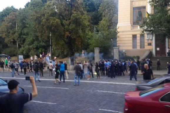 Польські фанати закидали правоохоронців камінням та пляшками  - фото 1