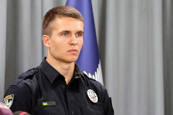 З'явилося відео зкамери поліцейського, який героїчно рятував сім'ю під час пожежі