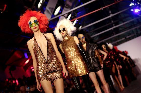 Готика и клоунада от Гарета Пью: Эпатажный модельер на London Fashion Week