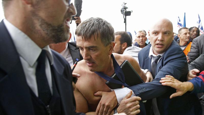 Директору з трудових відносин Ксав`є Бросеті страйкарі роздерли сорочку