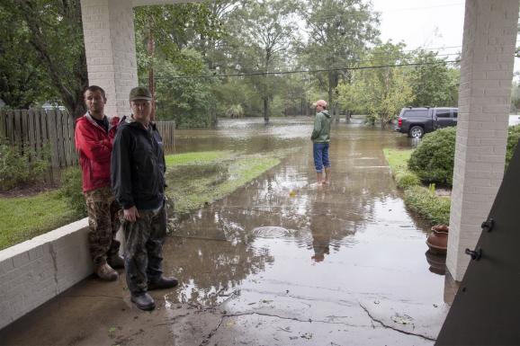 Фоторепортаж: В США мощная стихия смывает дамбы и убивает людей