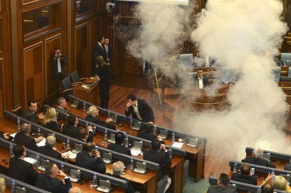 у парламенті Косово кинули димову бомбу
