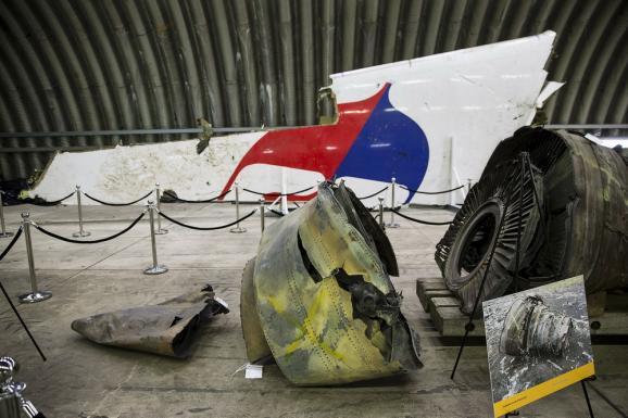"""Фоторепортаж. Как выглядит собранный из обломков сбитый малайзийский """"Боинг"""""""