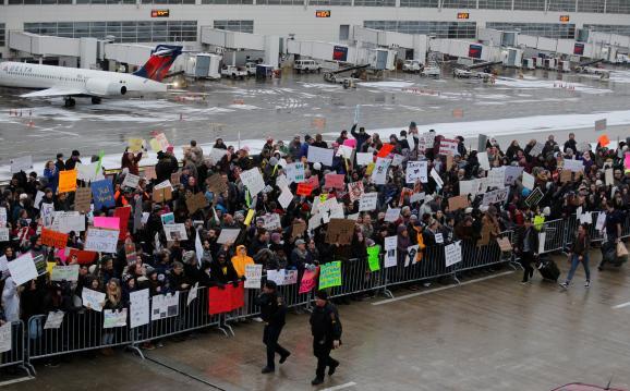Протесты аэропорт Мичиган Дональд Трамп запрет въезда мусульман