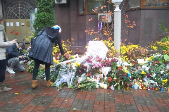 Посольство Франції Київ квіти вшанування жертв терактів у Парижі