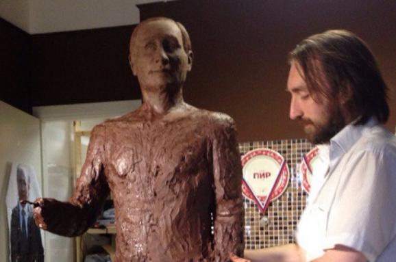 Шоколадний Путін уповний зріст показує великий палець
