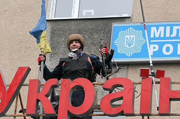 Как в Горловке сбросили с крыши террориста с флагом России (видео)