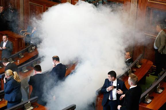 Впарламенті Косово опозиція розпорошила сльозогінний газ