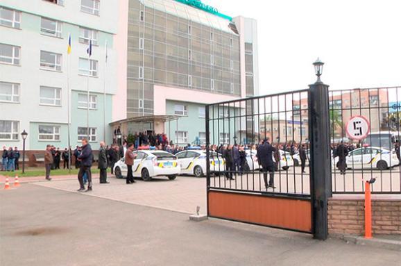 Група озброєних осіб зайняла будівлю «Черкасиобленерго» (ФОТО, ВІДЕО)