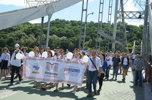 У Києві відбувся святковий Мегамарш у вишиванках 8c138c7999ede