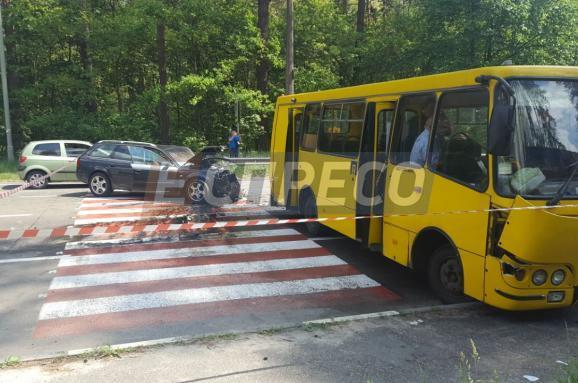 УКиєві зіткнулися автомобіль і маршрутка: 10 постраждалих