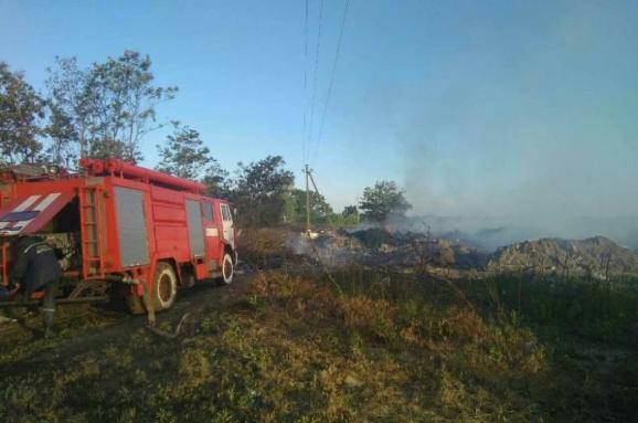 Під Броварами загорілося несанкціоноване сміттєзвалище, ліквідація пожежі триває