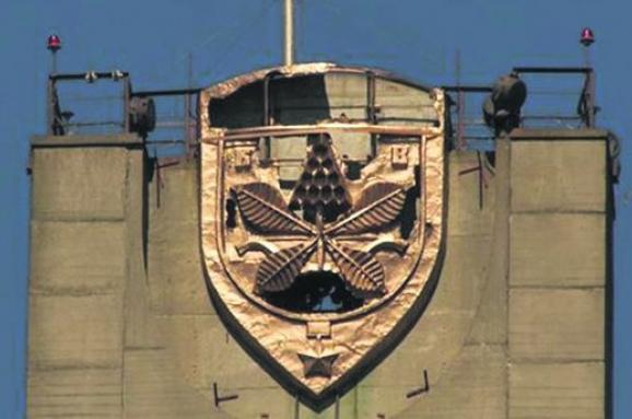 УКиєві вандали вкрали частину герба столиці зМосковського мосту