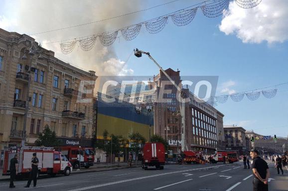 У Києві триває сильна пожежа на Хрещатику
