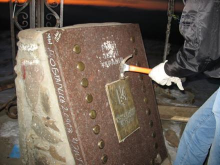 Старые методы Лубянки: война памятников
