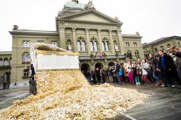 Почему некоторые страны хотят платить деньги гражданам просто так