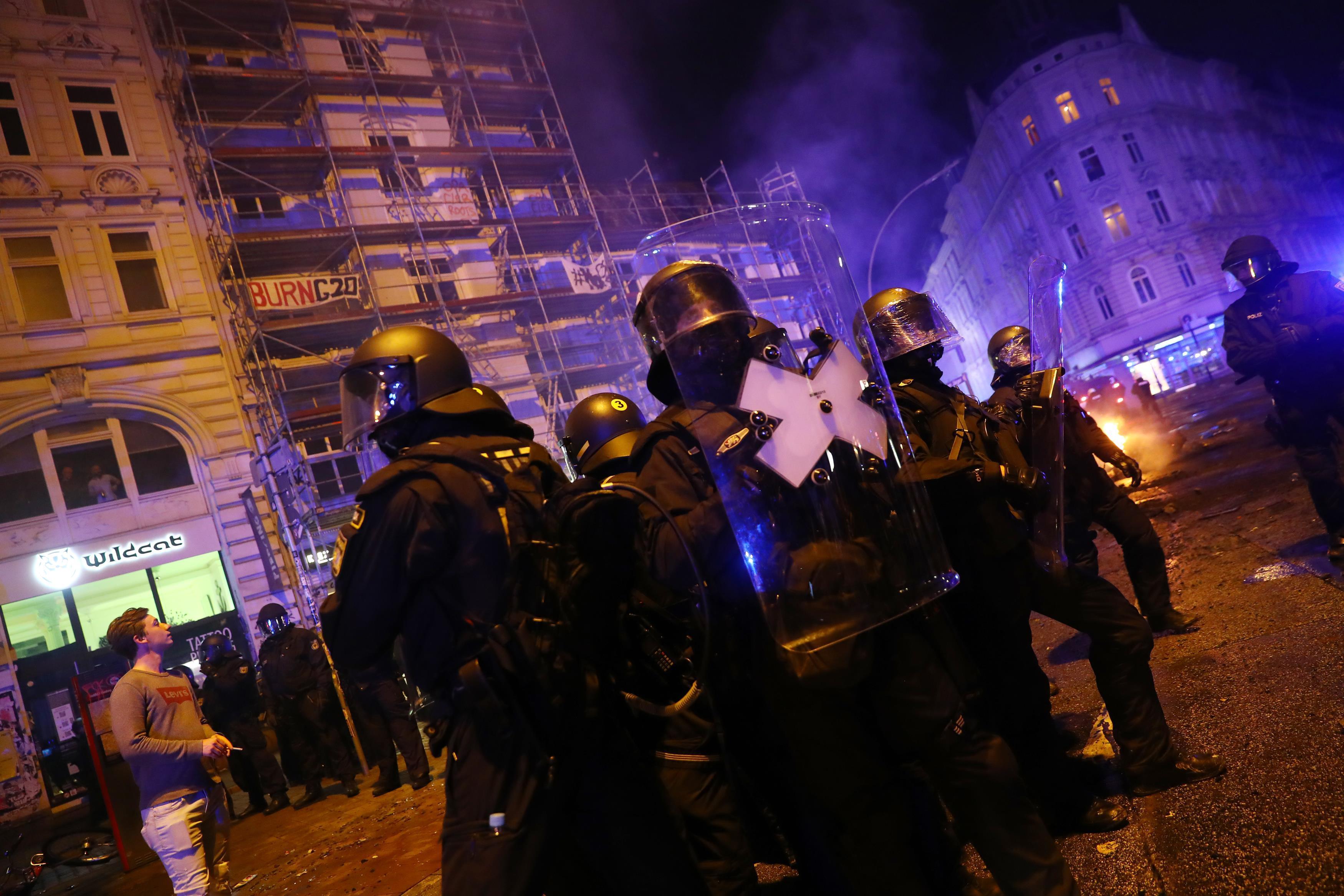Разруха в Гамбурге: из-за противников G20 пострадали 200 копов. Фоторепортаж