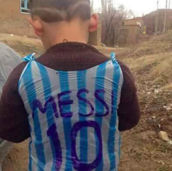 Як бідний маленький фанат з Іраку зробив футболку Мессі з пакета - фото 1