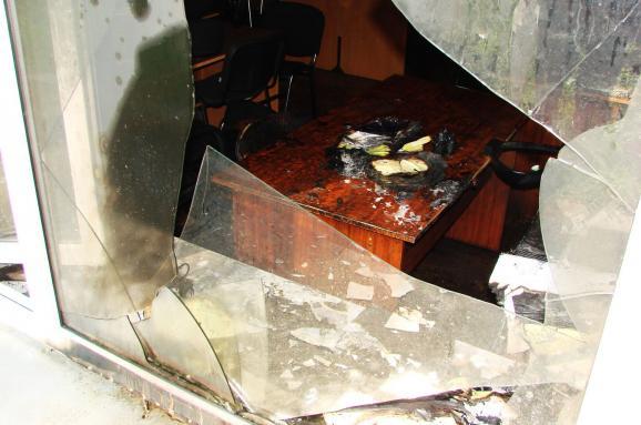 Невідомі влаштували пожежу вбудівлі Київблагоустрою, закидавши її коктейлями Молотова