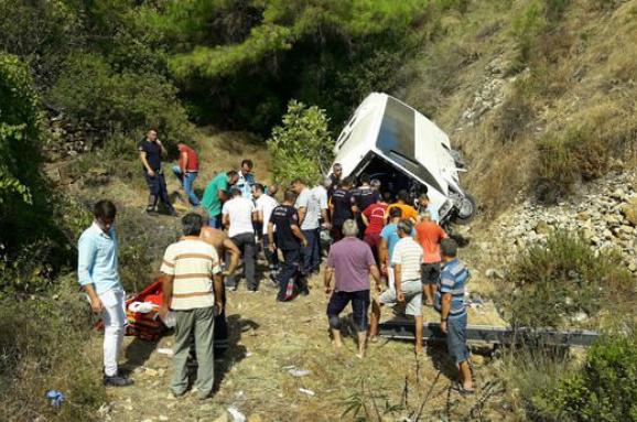У Турецькій Анталії автобус з туристами зірвався зі скелі, є загиблі
