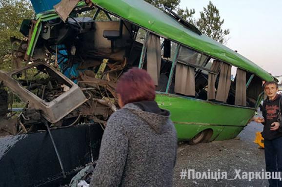 УХарківській області пасажирський автобус врізався устовп, 23 постраждалих