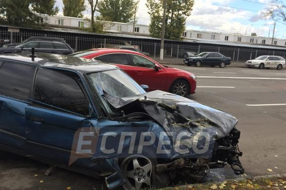 У Києві зіткнулися легковики, травмовано водія