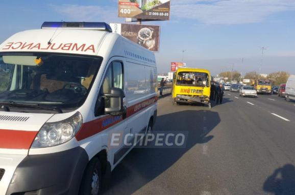УКиєві перегони між маршруткою тавантажівкою завершились травмами пасажирів
