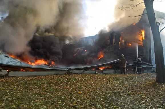Під Києвом розпочалася масштабна пожежа вспортивній школі