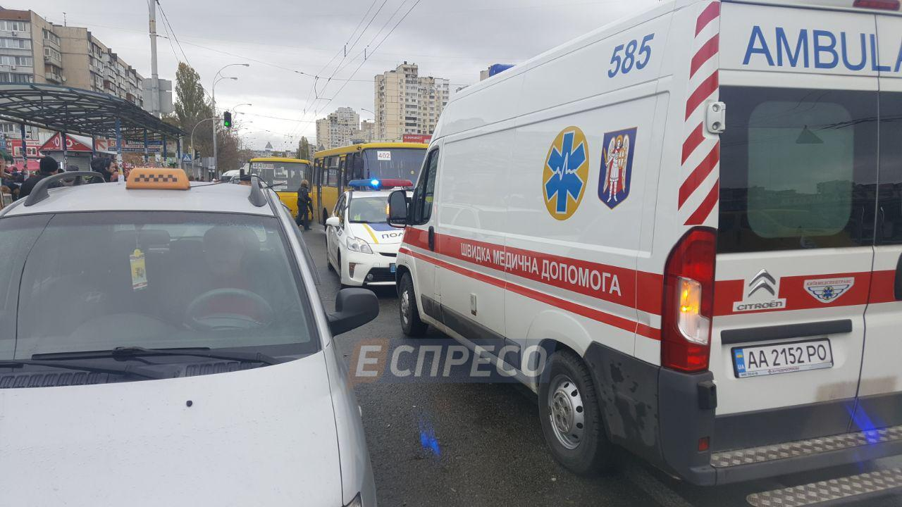 В Киеве маршрутка сбила людей на остановке, есть погибшие