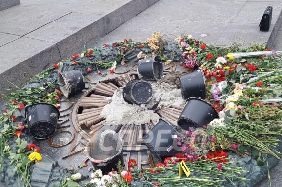 Вандалам, які залили цементом Вічний вогонь, загрожує досеми років тюрми