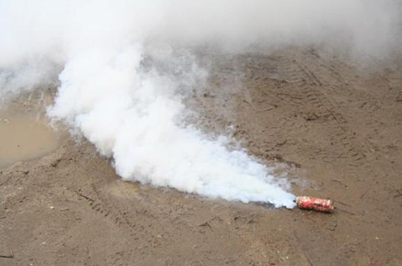 Уцентрі Києва кілька десятків людей закидали ресторан димовими шашками