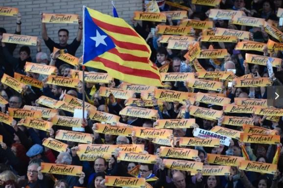 УБарселоні сотні тисяч людей вимагають звільнити екс-керівників автономії