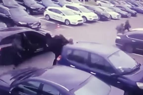 У Києві невідомі в масках вихопили у чоловіка сумку з майже трьома мільйонами