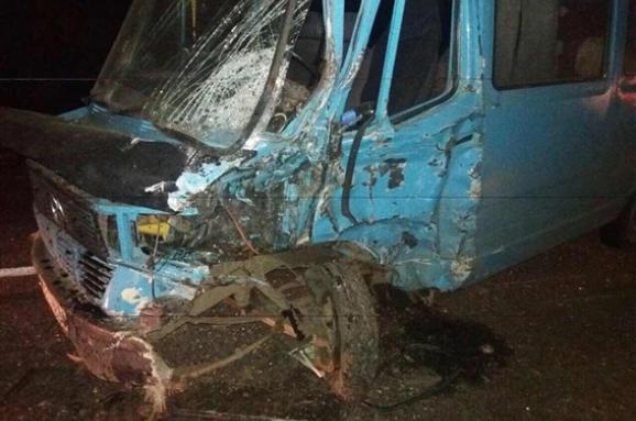 Біля Миколаєва п'яний водій мікроавтобуса врізався у вантажівку та легковик, є постраждалі