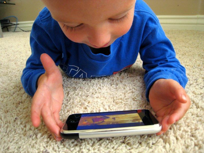 Дети все больше смотрят телевизор и становятся все полнее. Почему это серьезно