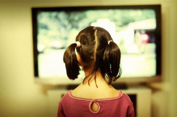 Діти все більше дивляться телевізор та стають все товстішими. Чому ...
