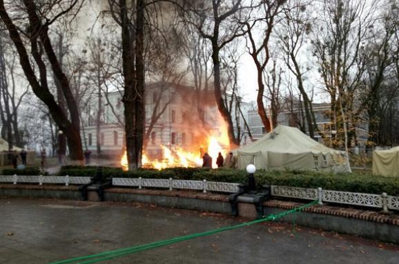 УМаріїнському парку вКиєві згорів намет протестувальників