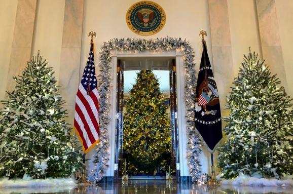 12 тыс. елочных игрушек и 5,5 тысяч метров рождественских огней. Как выглядит украшенный к Рождеству Белый дом