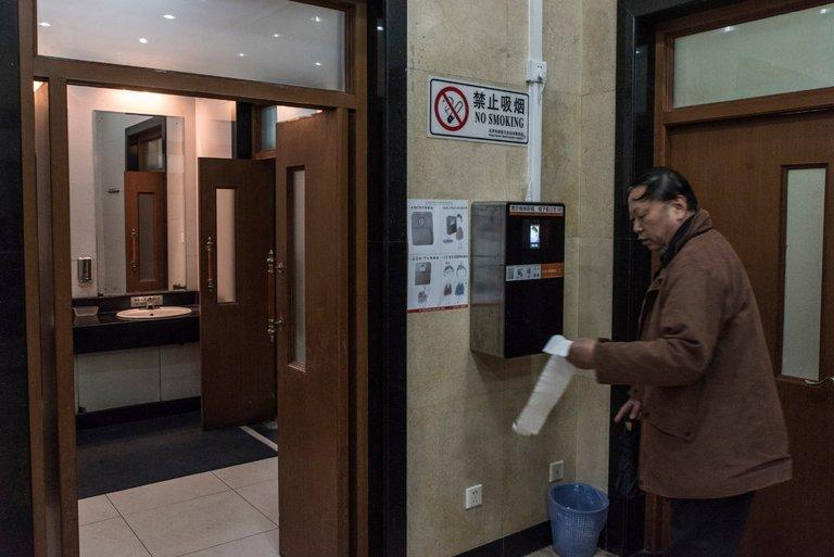 Туалетная бумага по Face ID вместо дыр в земле. Китай всерьез объявил туалетную революцию