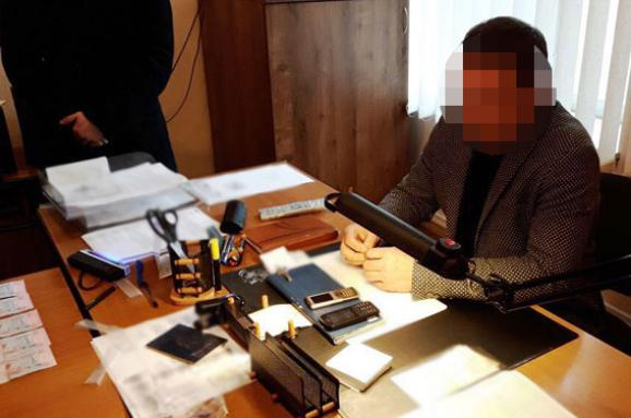 Нацполіція: Затримано службовця, який вимагав хабарі за«термінове оформлення біометричних паспортів»