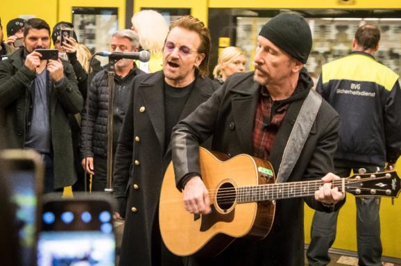 U2 влаштували імпровізований концерт у берлінському метро на гілці
