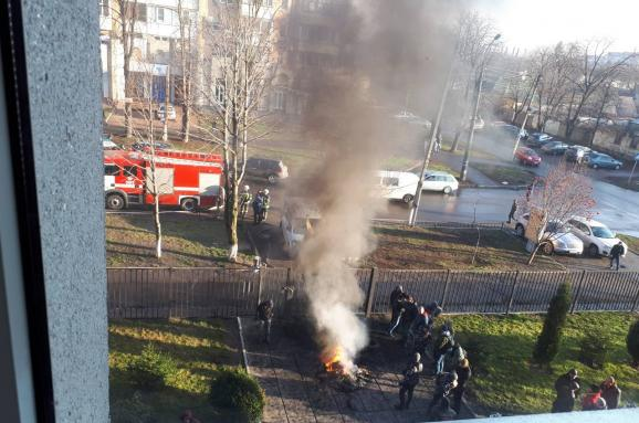 УЧеркасах під будівлею суду активісти палили шини