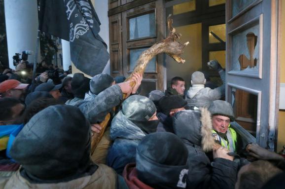 Петарды и газ: как сторонники Саакашвили штурмовали Октябрьский дворец. Фоторепортаж