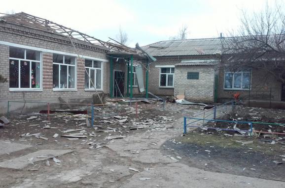 Детсад без крыши и окон, изуродованные дома и машины: последствия обстрела Новолуганского. Фоторепортаж