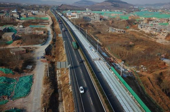Китай будує «розумні» дороги зпрозорого бетону, щозаряджають електрокари
