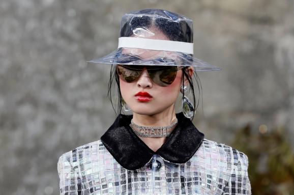 Главные модные тренды 2018 года. Пластик, перья и бахрома