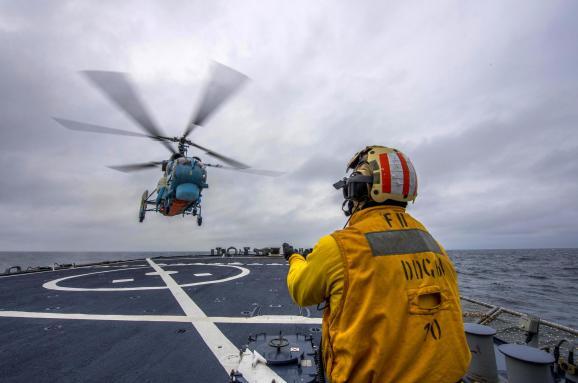 Українські військово-морські льотчики провели навчання зесмінцем США вЧорному морі